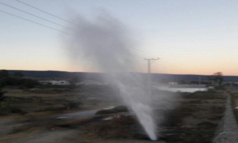 Impresionante fuga de gasolina en toma clandestina de Tezoquipa, municipio de Cuautepec, Hidalgo.