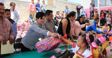 Alcaldesa de Acaxochitlán es elegida por alumnos y maestros como madrina de generación en escuelas
