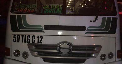 Asaltan a pasajeros de un autobús en el municipio de Acatlán, hay dos lesionados.