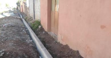 Construyen guarniciones y banquetas en La Explanada, Santiago Tulantepec