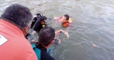 Rescata Bomberos los cuerpos de padre e hijo que al parecer murieron ahogados en estanque de Acatlán